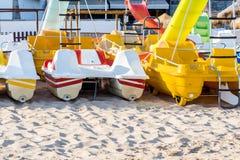 Pedaalcatamarans voor actieve recreatie op zandstrand Royalty-vrije Stock Afbeelding