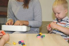Pedagog rozdaje z dzieckiem w dziecinu Twórczość i rozwój dziecko zdjęcia stock