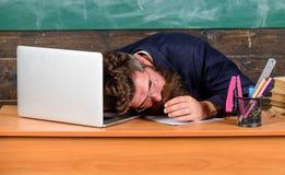 Pedagog stresująca się praca niż średni ludzie Na wysokim szczeblu zmęczenie Znojny pracy szkoły przyczyny zmęczenie pedagog zdjęcie stock