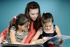 pedagoga studiowania bliźniacy młodzi obraz royalty free