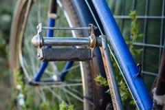 Pedais velhos da bicicleta imagem de stock