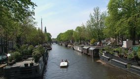 Pedalò in canale di Amsterdam stock footage