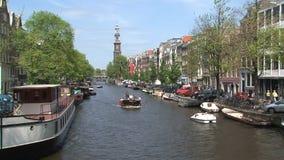 Pedalò e barca in canale di Amsterdam stock footage