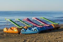 Pedalò sulla spiaggia Fotografia Stock Libera da Diritti