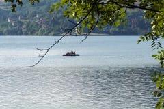 Pedalò - vela del crogiolo di pagaia sul lago al giorno soleggiato Immagine Stock Libera da Diritti