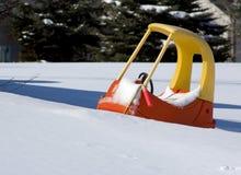 Pedal-Auto gehaftet im Schnee Stockbilder