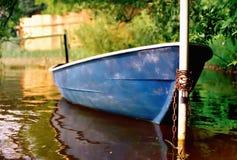 Pedal-barco, amarrado a um borne. Fotos de Stock