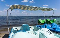 Pedal- fartyg på stranden Arkivfoto