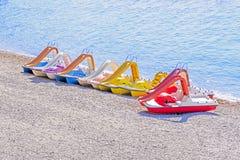 Pedal- fartyg på stranden som är färgrik Royaltyfri Foto