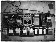 Pedalboard för gitarreffektpedaler arkivbild