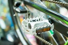Pedale della bicicletta su un fondo vago della bicicletta Immagini Stock Libere da Diritti