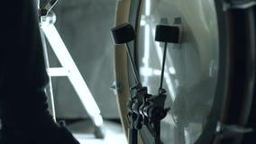 Pedale della grancassa nell'azione Scelga dà dei calci dentro alla grancassa Metraggio del primo piano archivi video