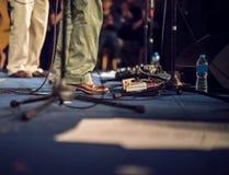 Pedaleffektbräde för gitarrist på etapp Royaltyfri Foto