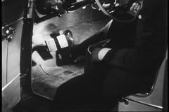 Pedales de prueba del pie del hombre en coche almacen de metraje de vídeo