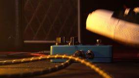 Pedales e interruptor de pie de la guitarra dentro del sitio de la grabación Ciérrese para arriba de los pedales de la guitarra y almacen de video