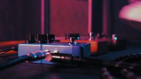 Pedales e interruptor de pie de la guitarra dentro del sitio de la grabación Ciérrese para arriba de los pedales de la guitarra y almacen de metraje de vídeo
