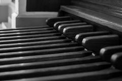Pedali dell'organo della chiesa come fondo, in bianco e nero Fotografia Stock