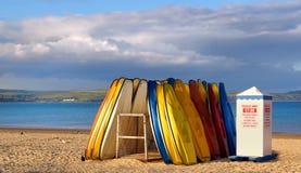 Pedallos ligt ongebruikt als zonreeksen over Weymouth-strand Royalty-vrije Stock Afbeeldingen