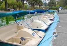 Pedalmietboote in einem Stadtpark Lizenzfreies Stockfoto