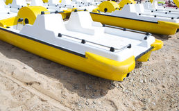 Pedalo amarillo en una playa Imagen de archivo