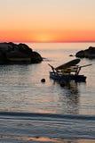 Pedalo cumował w morzu tuż przed wschodem słońca Obraz Stock