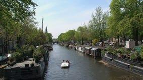 Pedalo en el canal de Amsterdam metrajes