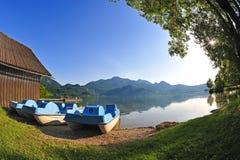 Pedaloes in un lago della montagna Fotografie Stock Libere da Diritti