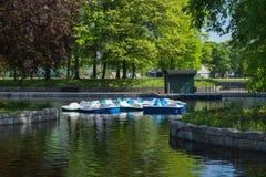 Pedalos auf Freizeitpark-Bootfahrtteich Stockfoto