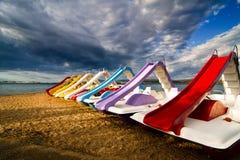 Pedalos op het strand Stock Fotografie