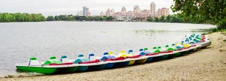 Pedalos parkte nahe dem sandigen Ufer lizenzfreie stockfotos