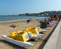 Pedalos Swanage海滩多西特有波浪的英国英国在海滨 免版税库存照片