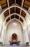 Pedana ed altare in chiesa Immagini Stock Libere da Diritti
