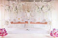 Pedana gemellata di matrimonio per due coppie di nozze Fotografia Stock