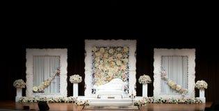 Pedana o altare di nozze su una fase, semplice ed elegante con bianco Immagine Stock