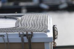 Pedantiskt ordnat av rep på överkanten av en fiskebåt i franc royaltyfri fotografi