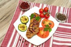 Pedazo apetitoso de carne asada en la parrilla y las verduras Foto de archivo libre de regalías