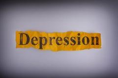 Pedazo arrugado rasgado de papel amarillo con la depresión de la palabra Fotografía de archivo