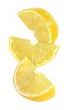 Pedazo colgando, el caer y el volar de frutas del limón aisladas Foto de archivo