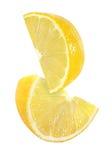 Pedazo colgando, el caer y el volar de frutas del limón aisladas Imagenes de archivo