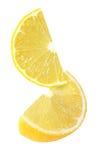 Pedazo colgando, el caer y el volar de frutas del limón aisladas Imagen de archivo libre de regalías