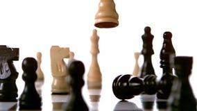 Pedazo de ajedrez blanco que golpea al rey negro almacen de metraje de vídeo