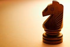 Pedazo de ajedrez de madera macro del caballo Fotos de archivo