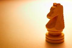 Pedazo de ajedrez de madera macro del caballo Foto de archivo libre de regalías