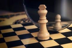 Pedazo de ajedrez en el espejo Fotografía de archivo