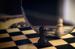 Pedazo de ajedrez en el espejo Fotos de archivo