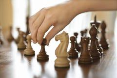 Pedazo de ajedrez móvil de la mano. Foto de archivo libre de regalías