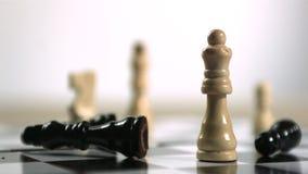 Pedazo de ajedrez negro que cae metrajes