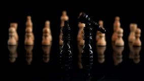 Pedazo de ajedrez negro que cae al lado de otros pedazos almacen de video
