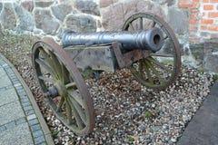 Pedazo de artillería del siglo XVIII en un carro de arma de madera Imagen de archivo