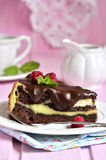 Pedazo de brownie del chocolate con mascarpone Imagenes de archivo